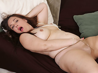 Chubby milf Katrina from the USA fucks a dildo