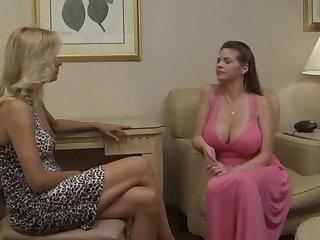 Blonde exotique, scène de sexe lesbienne