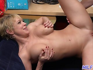 Short-haired MILF Dee Williams enjoys POV pussy fuck