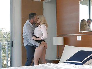 Blonde knockout Alexis Monroe proves to be a stellar fuck