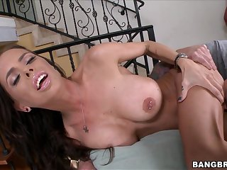 MILF leaves horny man ram her Latina cunt in rough modes