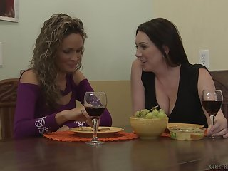 Mature lesbian Prinzzess seduces Rayveness into pussy licking